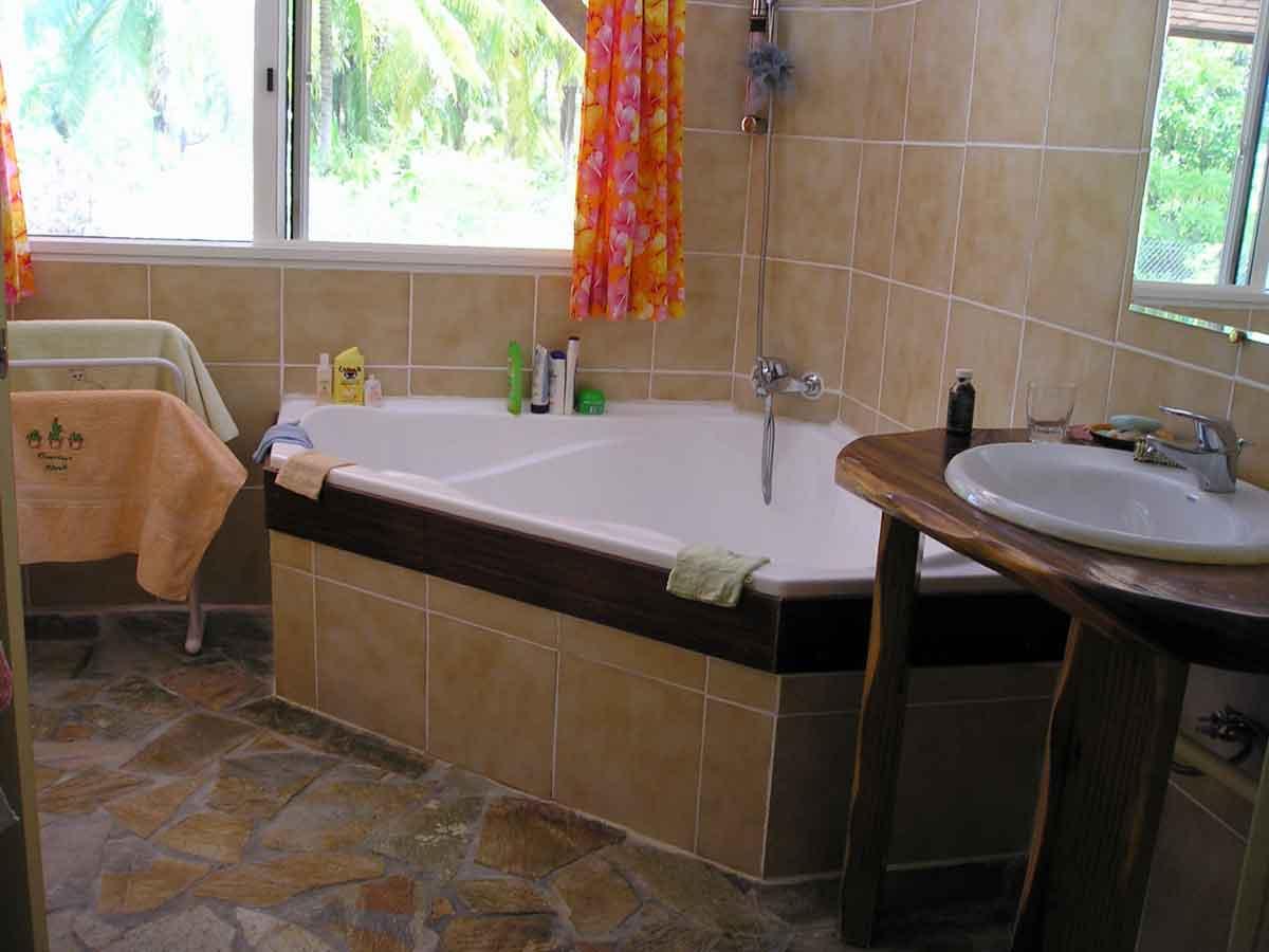 Pension à vendre en Polynésie : salle de bain propriétaires
