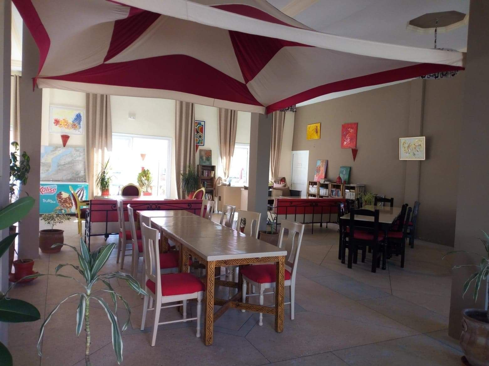 Salle intérieure du restaurant du camping à vendre près d'Agadir au Maroc
